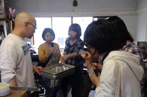 長野市への移住希望者向けイベントに参加したゲストたちと訪れたのは、Gallery&Factory原風舎。主宰している金属造形作家の角居さんは、2011年に長野市に移住してきた、いわば移住の先輩。仕事やお金についてのアドバイスは、先輩に聞くのがいちばんです。