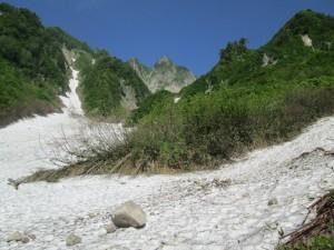 雪渓から見た雨飾山