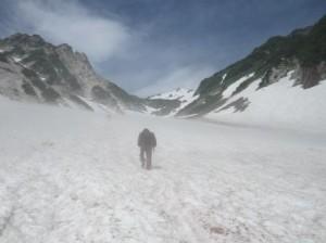 04ガス巻く大雪渓を進む