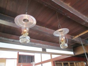 天井からぶら下がっているランプ