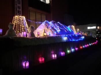 イルミネーションに照らし出された雪像
