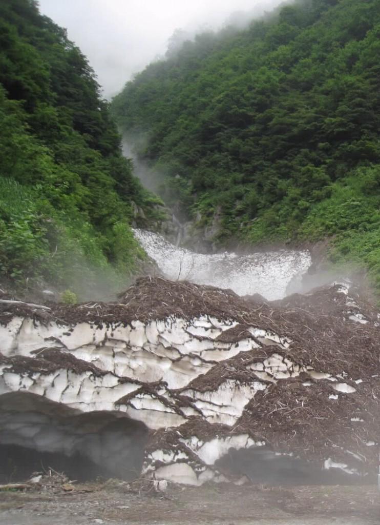 4 秋山へいく林道の 滝と雪の塊2