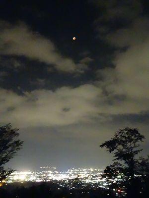 千曲公園から望む皆既食後の月と上田市の夜景