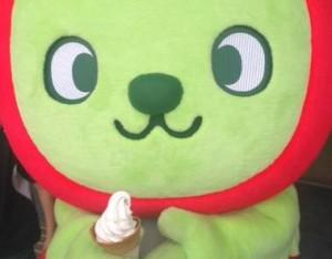 くるみソフトクリームを食べるアルクマ