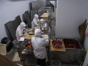 工場の様子。リンゴが手際よく加工されていきます。