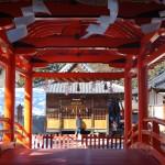 神橋の向こうに見えるのが神楽殿。獅子舞などが行われる。