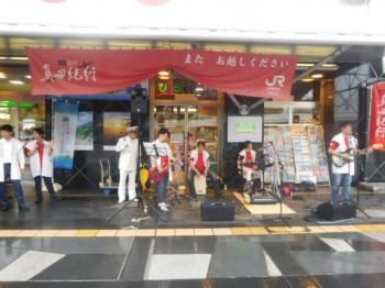 JR上田駅お城口前では、別所温泉若旦那バンドによるバンド演奏。とても上手で会場を沸かせていただきました。