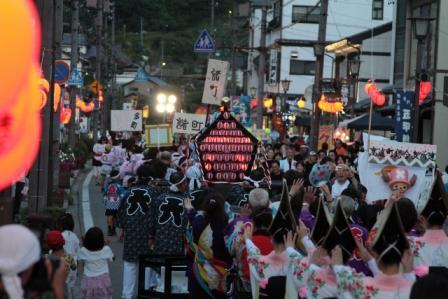 町民踊りで賑わう本町通り(提供:伊那市高遠支所)
