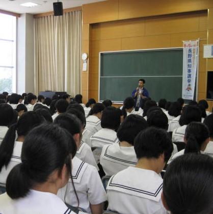 高校で講演をする職員