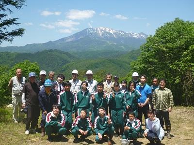 御嶽山をバックに記念撮影