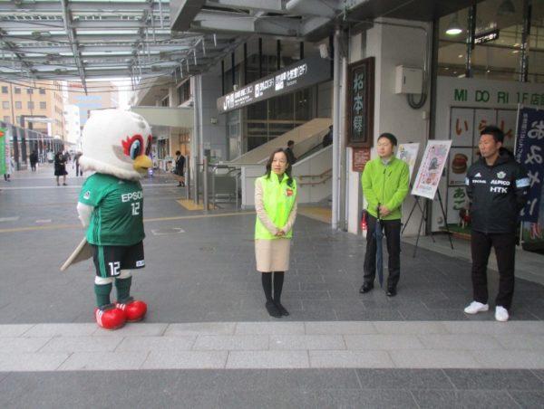 長野県の中島副知事と松本山雅のマスコットキャラクター『ガンズ君』が挨拶をしています。