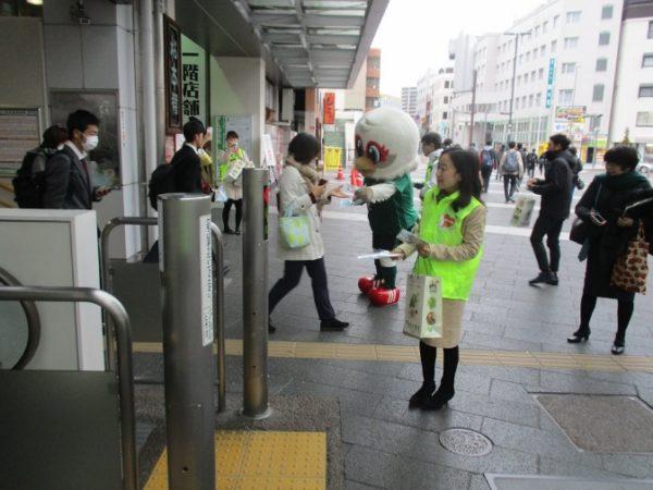 長野県の中島副知事が、松本駅の利用者の方にヘルプマークデザイン入りポケットティッシュを手渡しています。