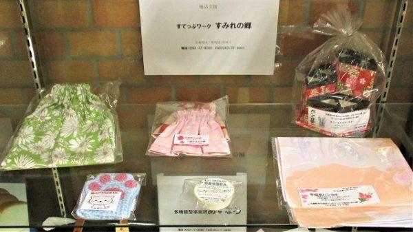 「三郷すみれの郷」さんの展示品写真です。ペン立て、手差し、アクリルたわし、石鹸、マーブル模様のハンカチなど。
