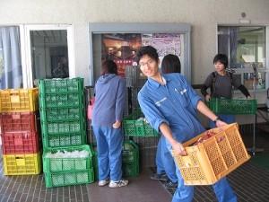 大量?の農産物を運び込む学生たち