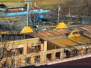 屋根の上に飛び出ている黄色いのは、明り取り用の窓です。