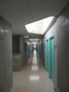 ドーマー(天窓)から光を取り入れ、思いのほか明るい廊下