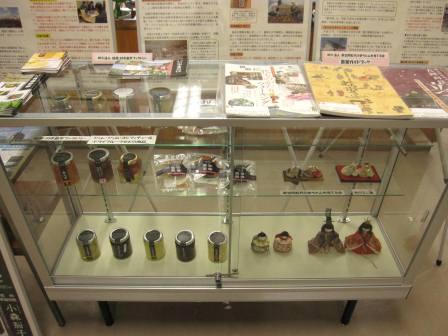 ジャム・コンフィチュールや、お雛様・冊子などの展示物の数々