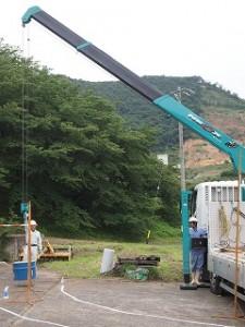 クレーン操作:吊り荷を揺らさないよう、コースを決めて移動させます。