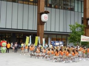 (啓発活動を応援する「あるくま」と、長野市立緑ヶ丘小学校の金管バンドの演奏)