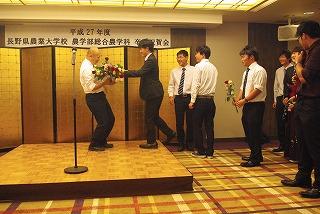 卒業式の後、市内のホテルで行われた祝賀会では、恩師に花束や記念品が贈られる一コマもありました。
