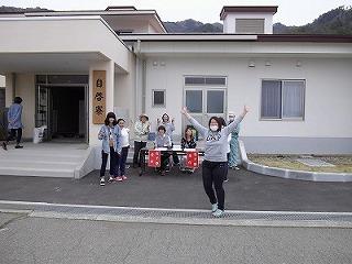 入寮を前に、女子寮の前ではしゃぐ2年生女子