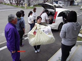 荷物を運ぶ女子学生
