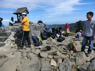 山頂でおもいおもいに過ごす学生達