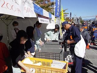 午後は、袋詰めのりんごをコンテナごと並べて売りました。