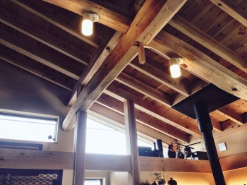 広間の天井。差し込む光が心地いいです。