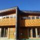 青空に映える南相木のカラマツの家!